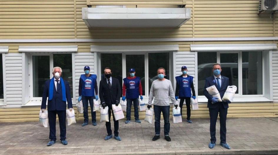 Алексей Солдатенко передал более 250 подарочных наборов медикам Горбольницы №45 в Звенигороде в рамках акции «Спасибо врачам»