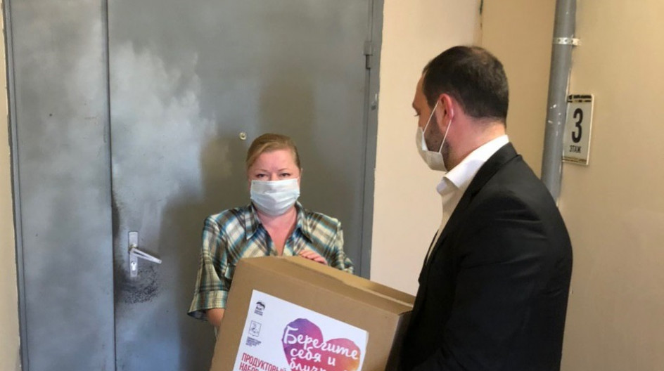 Алексей Солдатенко передал продуктовые наборы от губернатора четырем семьям полицейских в поселках Лесной Городок и ВНИИССОК