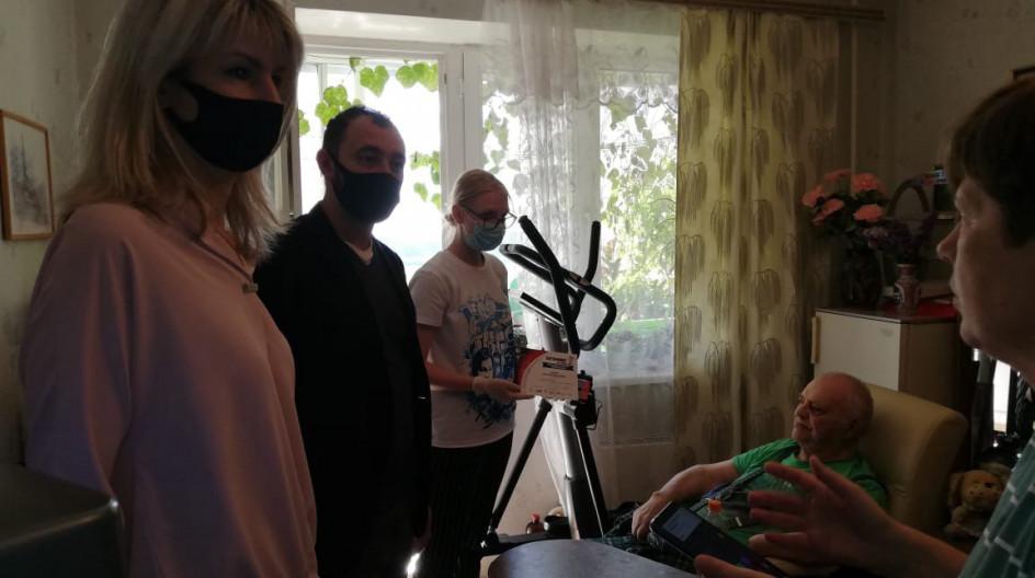 Алексей Солдатенко вручил мобильный телефон ветерану войны Николаю Рыжову