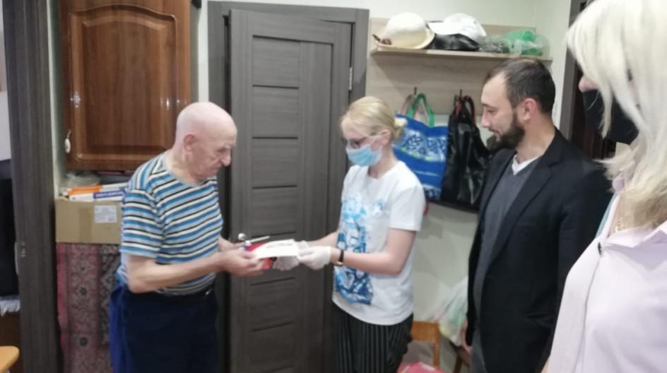 Алексей Солдатенко вручил мобильный телефон ветерану войны Серафиму Жаркову
