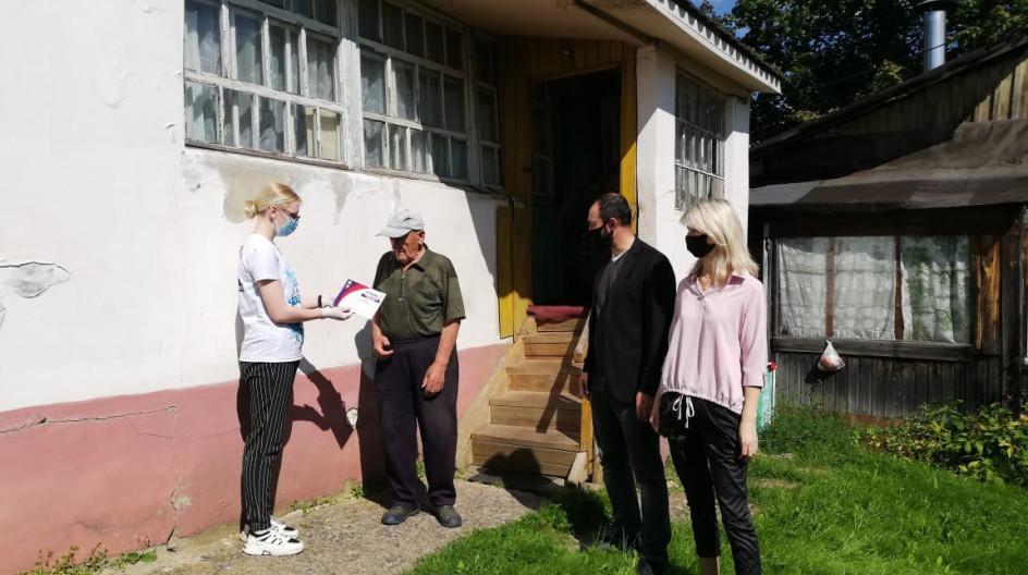 Алексей Солдатенко вручил мобильный телефон ветерану войны Николаю Суркову