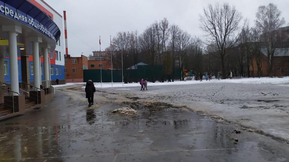 Алексей Солдатенко помог Лесногородской школе с уборкой снега