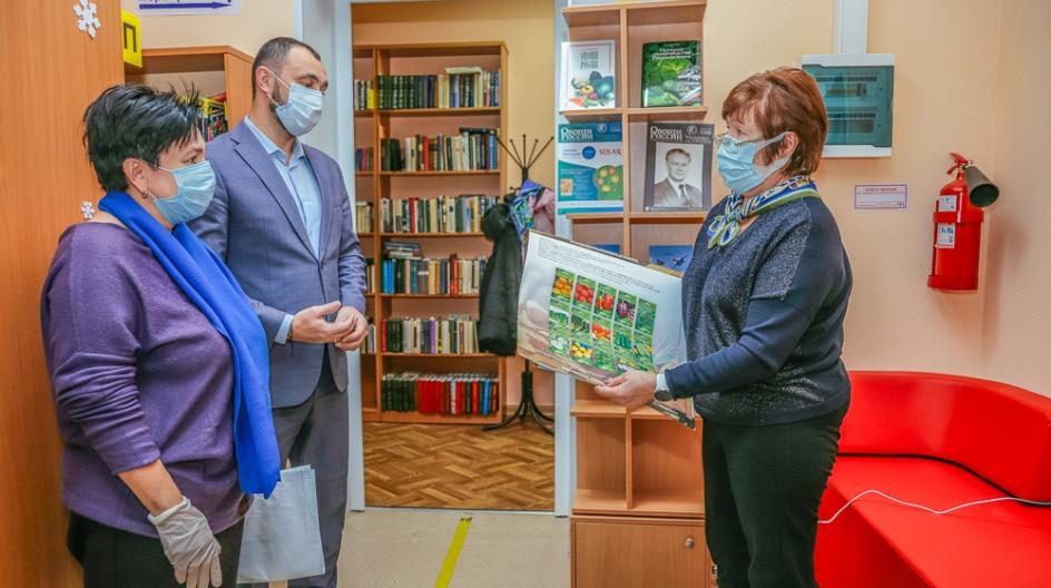 Алексей Солдатенко передал в Большевязёмскую библиотеку книги о растениводстве и овощеводстве