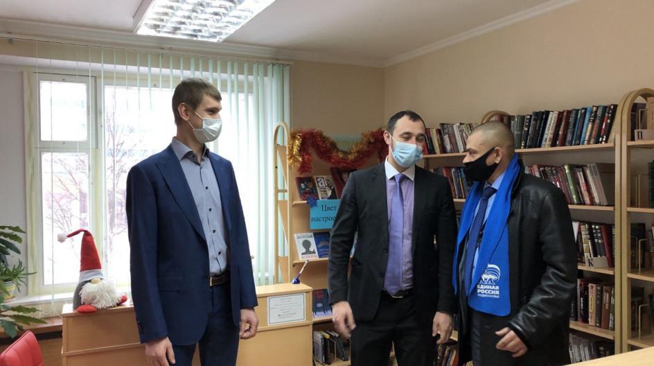 Алексей Солдатенко передал научную литературу в библиотеку посёлка Новоивановское