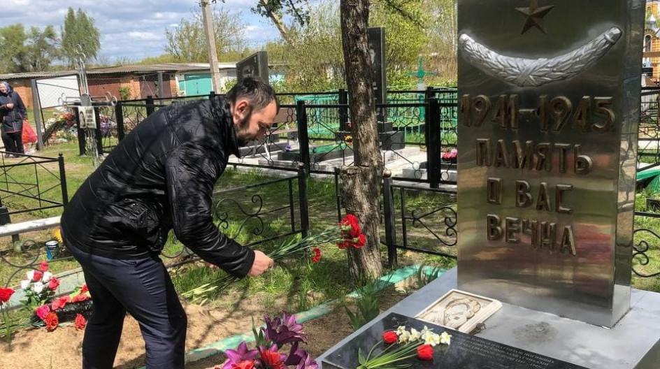 Алексей Солдатенко принял участие в вахте памяти у братской могилы советских воинов в поселке Белая Берёзка Брянской области