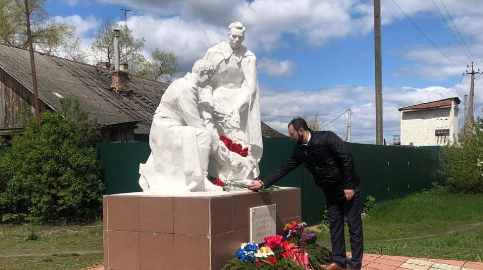 Алексей Солдатенко принял участие в вахте памяти у братской могилы партизанам бригады им. Чапаева в поселке Белая Берёзка Брянской области