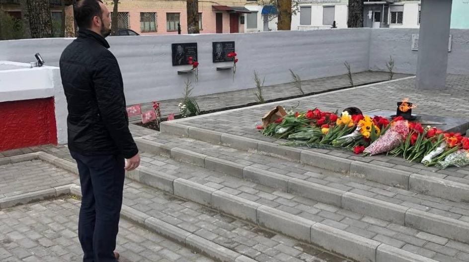 Алексей Солдатенко принял участие в вахте памяти у мемориала воинам и партизанам «Вечный огонь» в поселке Белая Берёзка Брянской области