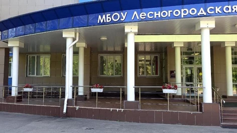 Алексей Солдатенко передал в Лесногородскую школу рассаду цветочных культур для благоустройства территории