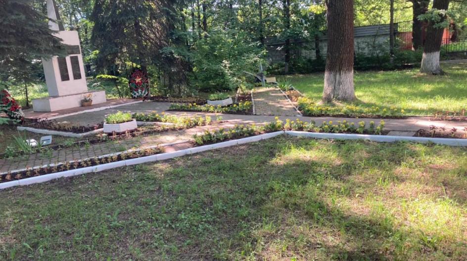 Алексей Солдатенко провел субботник и высадку цветов у памятника сотрудникам Грибовской овощной станции в поселке ВНИИССОК