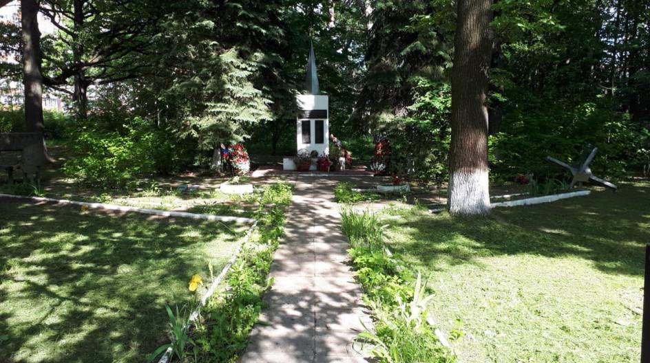 Алексей Солдатенко провел субботник возле памятника погибшим сотрудникам Грибовской овощной станции в поселке ВНИИССОК